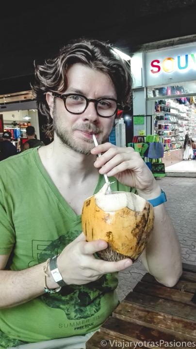 Bebiendo coco en la Quinta Avenida en Playa del Carmen, México