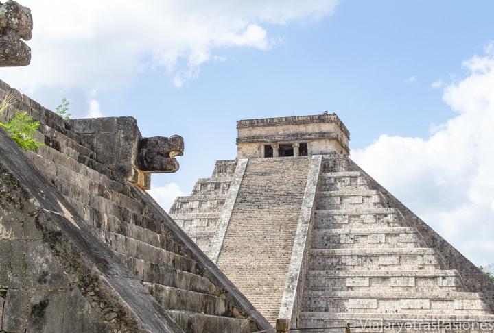 Epectacular detalle en la zona arqueológica de Chichén Itzá  en México