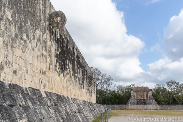 Detalle de la zona del Juego de la Pelota en Chichén Itzá, México