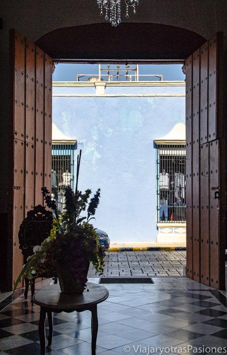 Entrada del Hotel Maya Ah Kim Pech en Campeche, México