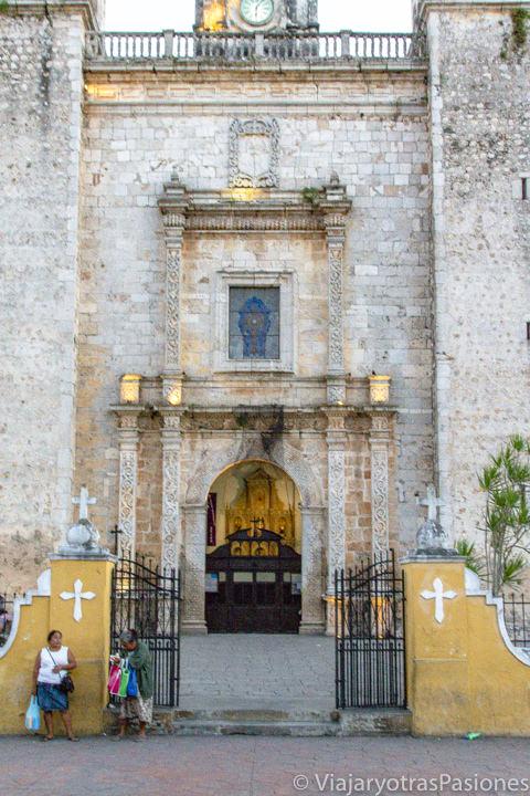 Detalle de entrada de la iglesia de San Servando en Valladolid, México