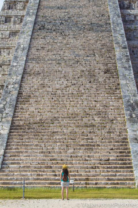 Imagen de la majestuosas escaleras de la pirámide de Chichén Itzá, México