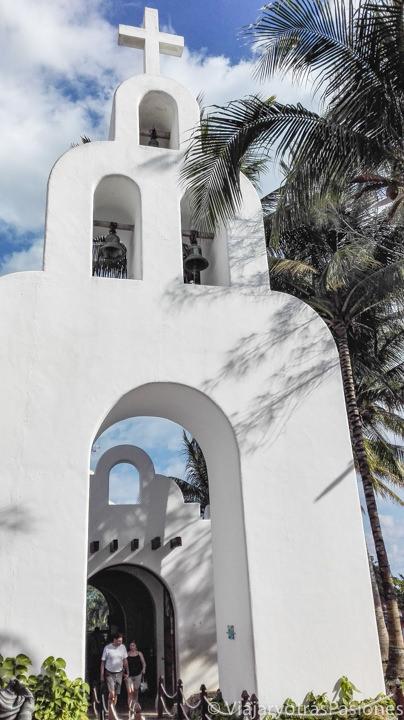 Fachada de la Parroquia de Nuestra Señora del Carmen en Playa del Carmen, México