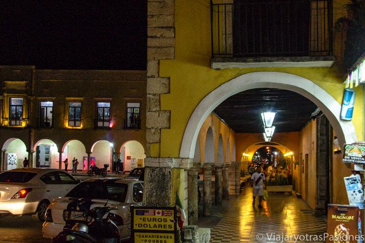 Vista nocturna de la plaza central de Valladolid, México