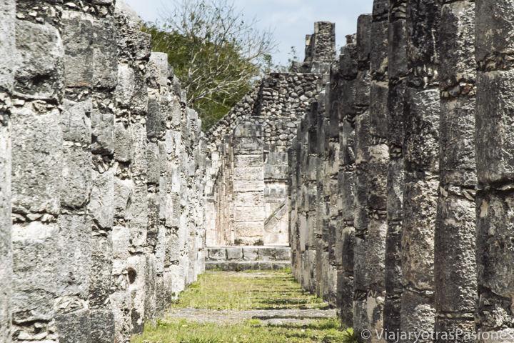 Bonita vista del Grupo de las Mil Columnas en Chichén Itzá, México