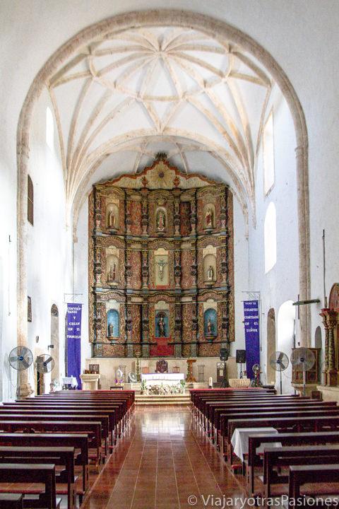Interior de la iglesia del convento de San Bernardino de Siena en Valladolid, México