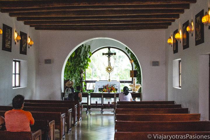 Interior de la Parroquia de Nuestra Señora del Carmen en Playa del Carmen, México
