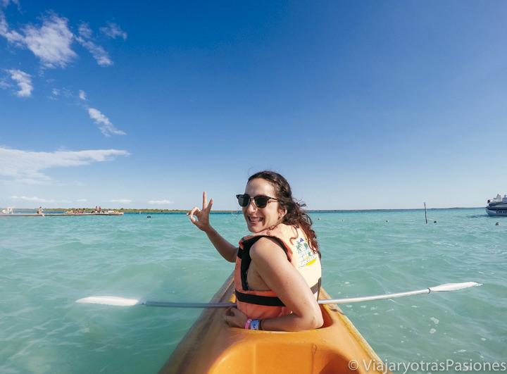 Haciendo kayak en la Laguna Bacalar en México