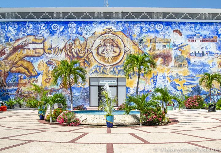 Plaza decorada en el patio del Palacio Municipal de Playa del Carmen, México