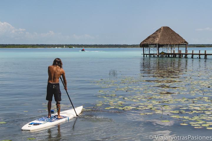 Haciendo Paddle Surf en la famosa Laguna Bacalar, México