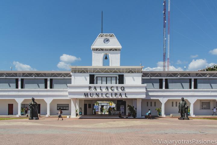 Fachada del Palacio Municipal de Playa del Carmen, México