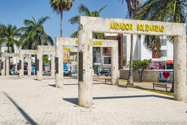 Imagen de los arcos de Solidaridad de Playa del Carmen, México