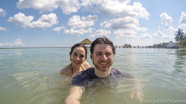 Pareja bañándose en la famosa Laguna Bacalar, México