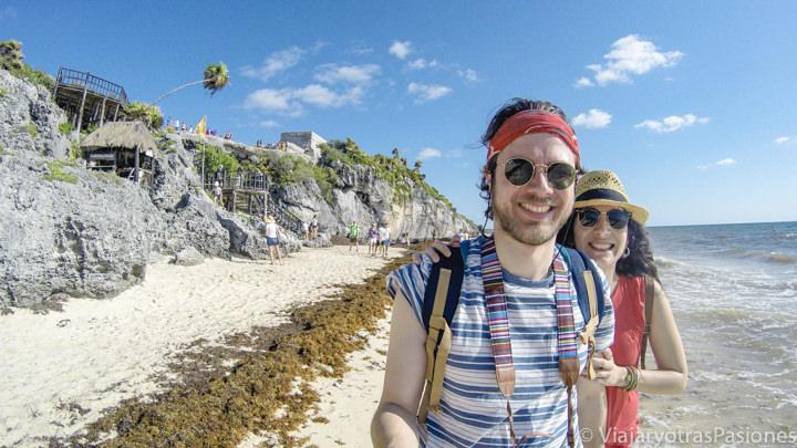 Pareja en la espectacular playa del sitio arqueológico de Tulum, en México