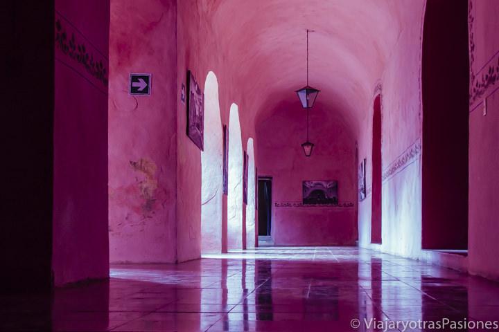 Pasillo rosa del convento de San Bernardino de Siena en Valladolid, México