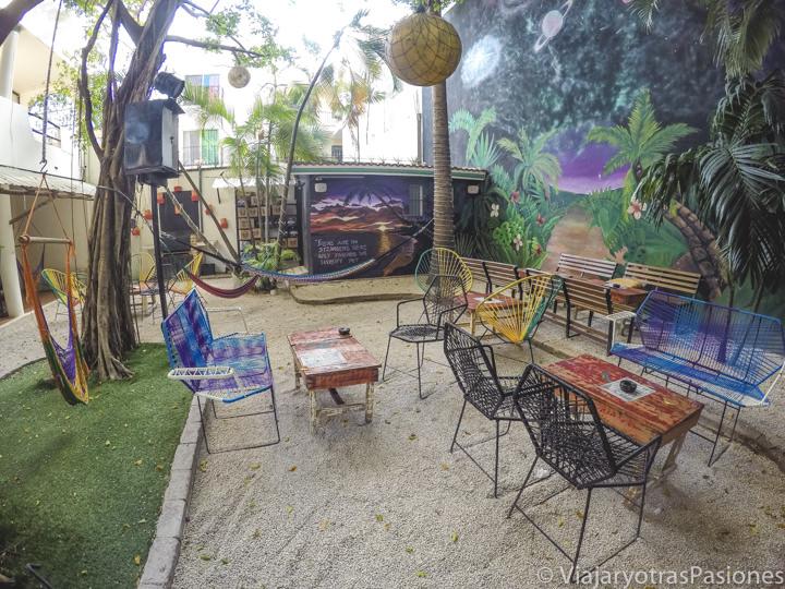 Bonito patio de un hostal en Playa del Carmen, México