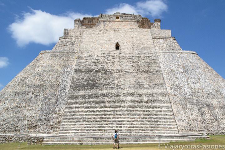 Imponente vista de una del las piramides de Uxmal, México
