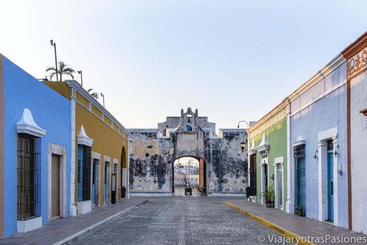 Amanecer cerca de la Puerta de Tierra en Campeche, México