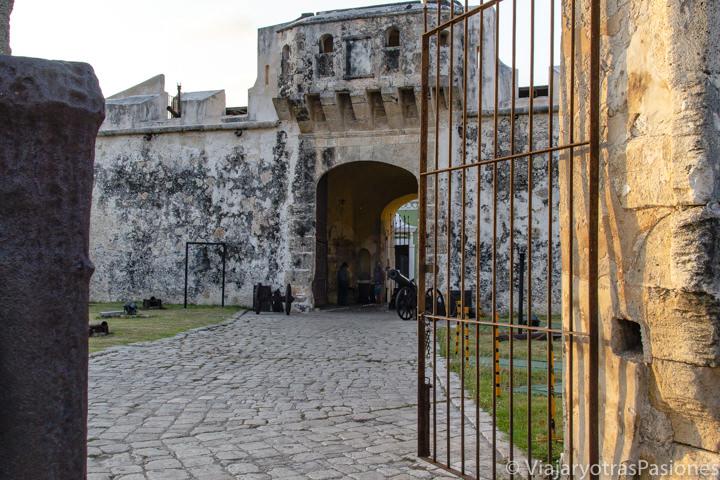 Entrada de la Puerta de Tierra en Campeche, México