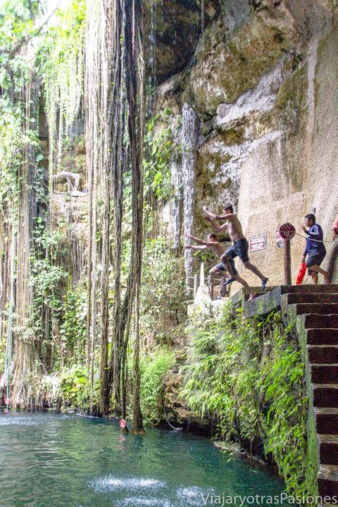 Haciendo saltos en el agua del Cenote Ik Kil cerca de Chichén Itzá, México