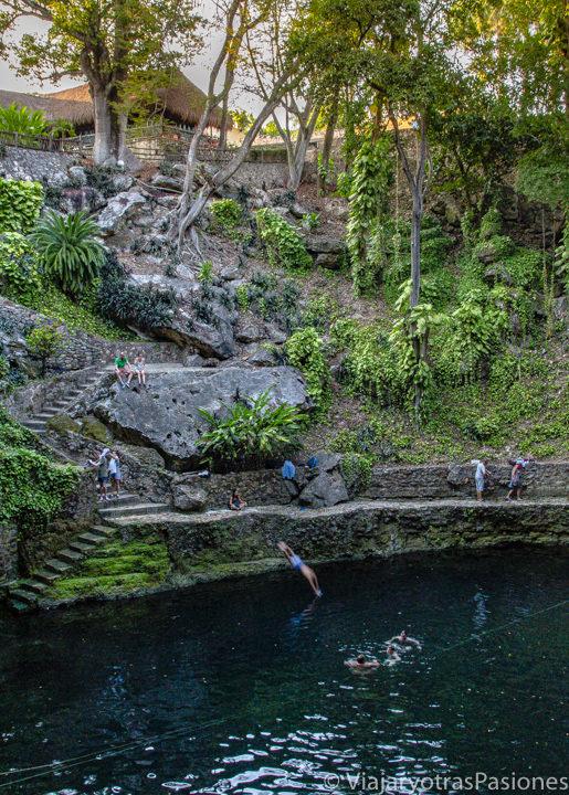 Vista del cenote Zaci en Valladolid, México