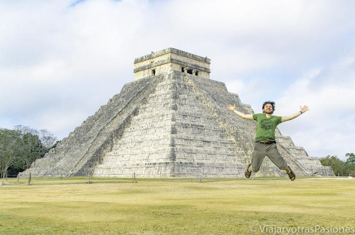 Feliz frente a la famosa pirámide de Chichén Itzá, en México