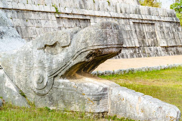 Detalle de uno de los serpientes de la pirámide de Chichén Itzá, en México