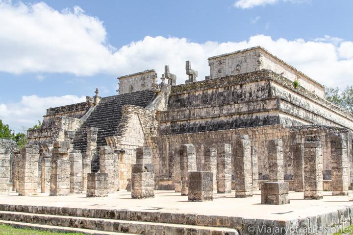 Vista de imponente Templo de los Guerreros en Chichén Itzá, México