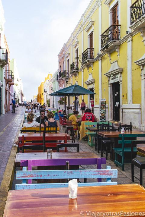 Terrazas de restaurantes en la Calle 59 de Campeche, México
