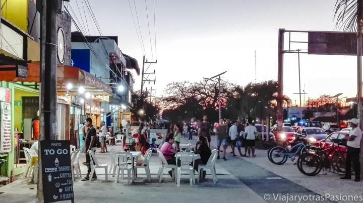 Terrazas de restaurantes en el pueblo de Tulum, México