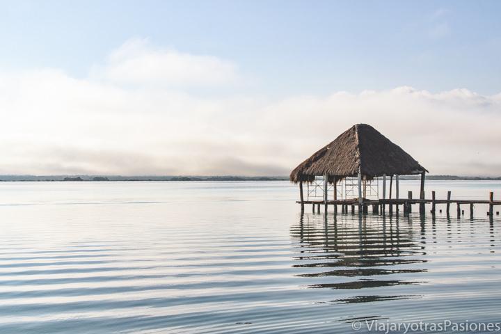 Imagen de el atardecer en la preciosa Laguna Bacalar, en México