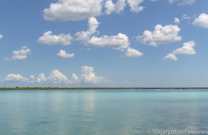 Espectacular vista de la Laguna de Bacalar y sus increíbles colores, México