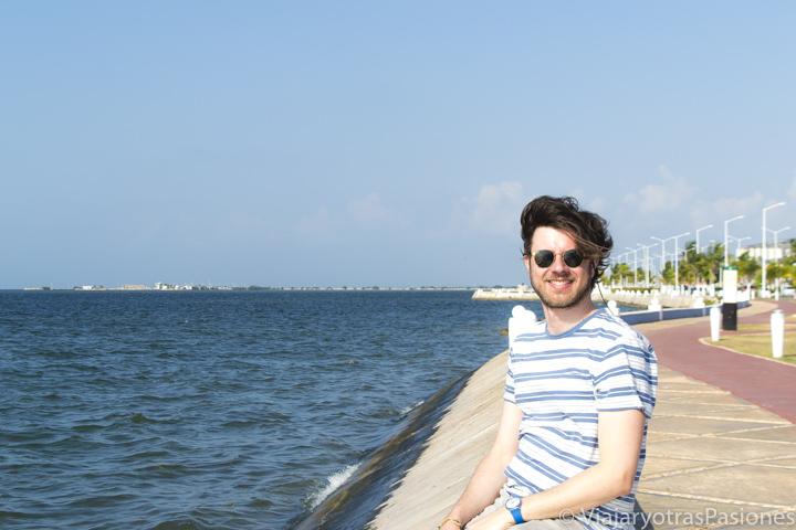 Chico disfrutando del Malecón de Campeche, México