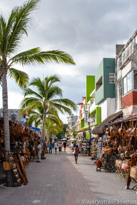 Vista de la célebre Quinta Avenida! en el centro de Playa del Carmen, México