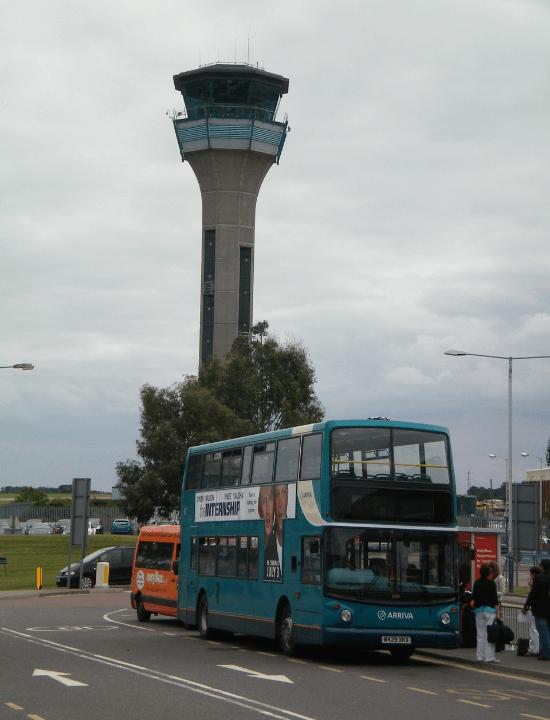 Torre de control del aeropuerto de Luton cerca de Londres, Inglaterra