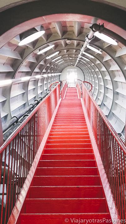 Pasillo interior del Atomium de Bruselas, en Bélgica