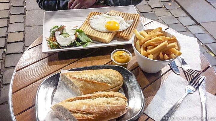 Una mesa típica a la hora de comer en Bélgica: sandwich, baguette y patatas