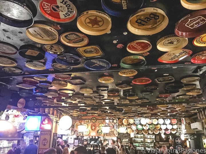 Interior del famoso cervecería Delirium de Bruselas, Bélgica