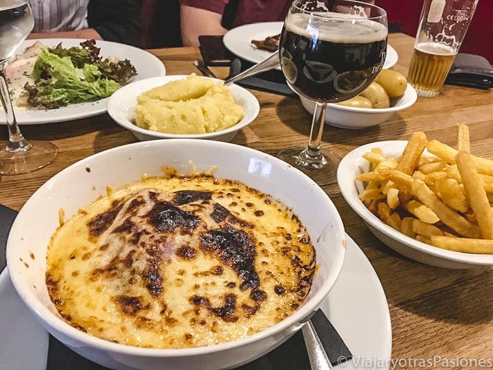 Deliciosa comida con endibias gratinadas en Bruselas, Bélgica