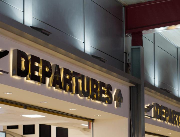 Entrada de las salidas en el aeropuerto de Luton en Inglaterra