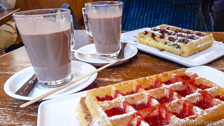 Típicos gofres de mermelada y chocolate en Bruselas, Bélgica