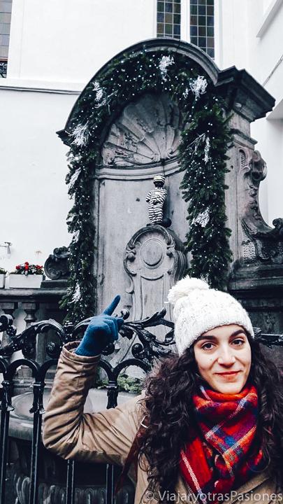 Imagen divertente cerca del Manneken Pis en Bruselas, Bélgica