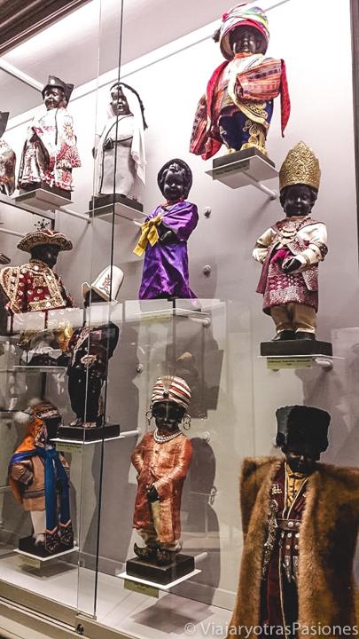 Detalle de la exhibición del Manneken Pis en el museo de la ciudad de Bruselas, Bélgica