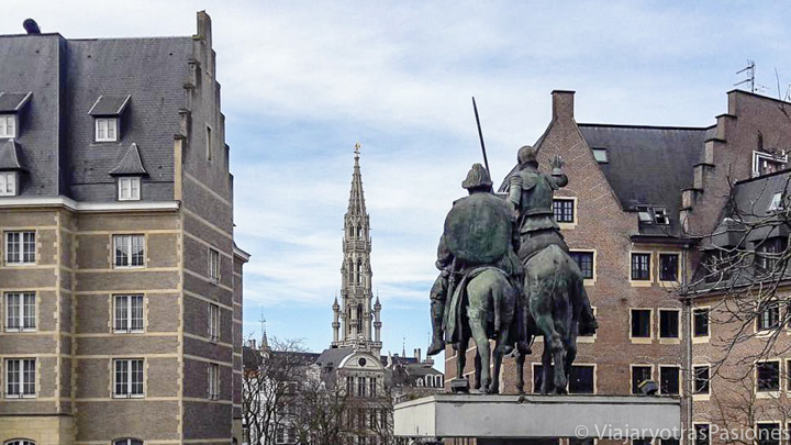 Bonita vista de las estatuas de El Quijote en Bruselas, en Bélgica