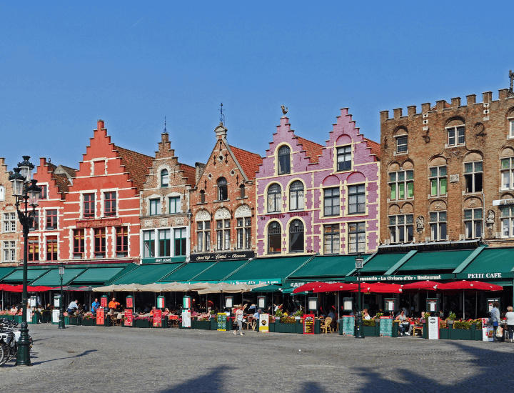 Bonitos edificios de colores en la Plaza del Mercado de Brujas, en Bélgica