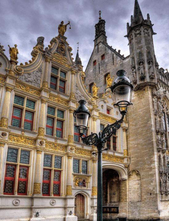 Hermosa fachada del antiguo registro de la ciudad de Brujas, Bélgica
