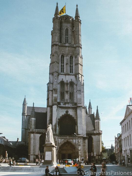 Fachada de la catedral de San Bavón en Gante, Bélgica