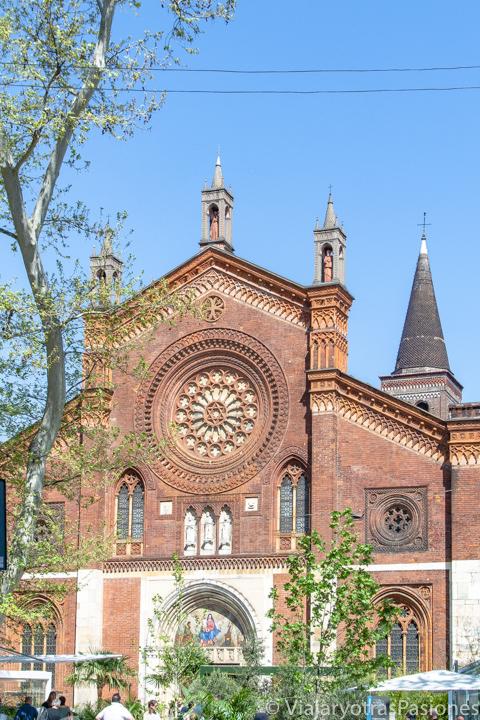 Fachada de la bonita Chiesa del Carmine en el barrio de Brera en Milán, Italia
