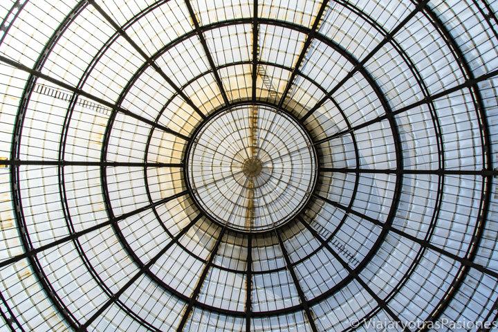 Bonita vista del techo de la Galleria Vittorio Emanuele en Milán, en Italia