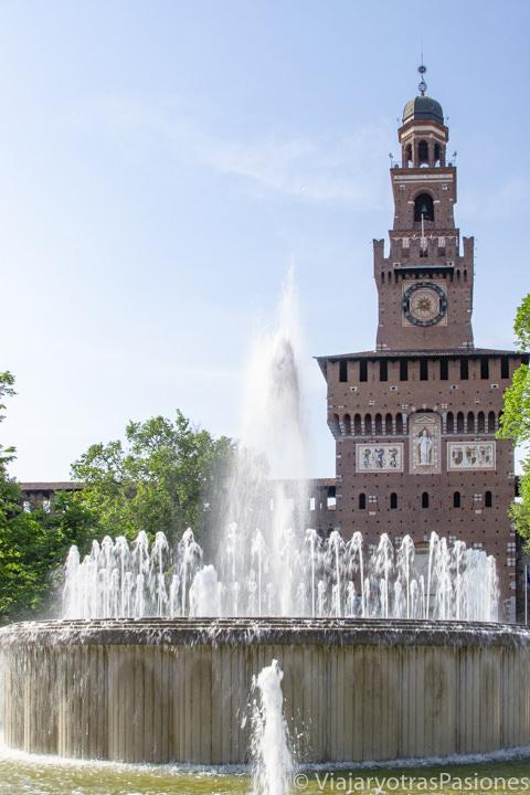 Bonita vista del Castello Sforzesco y de su fuente en Milán, Italia